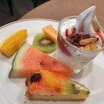 14192931 - 果物各種(左上) ソフトクリーム+シリアル2種+ブルーベリーソース(右上) フルーツタルト(下)