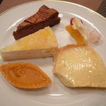 14192985 - ガトーショコラ(上) 桃と紅茶のムース(中段左) フルーツヨーグルト(中段右) パンプキンパイ(左下) リングプリン(右下)