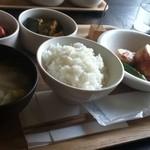 ちてはこカフェ - 主菜、副菜、サラダをチョイス。お味噌汁とご飯のセット