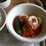 ちてはこカフェ - 主菜、トマトソース野菜のチキンロール
