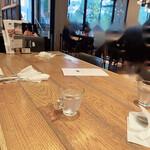 サロン ブッチャー アンド ビア - 木目調のテーブルでゆったりいただきました