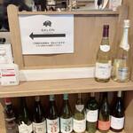 サロン ブッチャー アンド ビア - レジには沢山のワイン