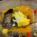 the soup - マンゴーとココナッツ_ココヤシに見立てたショコラ包み_温かいソースで(+300円)断面