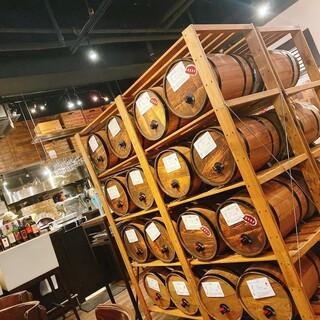 店内に並ぶ30種類の樽ワインは、セルフ飲み放題で楽しめます♪