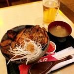 炭焼 豚丼 小豚家 - ロース豚丼ハーフ&小ビール 850円