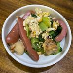 お食事処 大漁 - チンゲン菜、卵、ソーセージの炒め物。