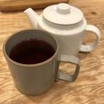 ソルトウォーターテーブル - たっぷりの紅茶