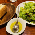 ラ プロメッサ - サラダもバゲットも 食べ放題♡ お代わりを何回でも聞いてくださるのかしら?? まぁ、絶対要らないけど…(   ˙-˙   )