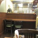 おむや - 店内はカウンター席とテーブル席と言ったまさに昔ながらの洋食屋さんといった雰囲気です。