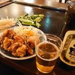 天神橋2丁目食堂 - 唐揚げとピーマンとエノキのバター炒め