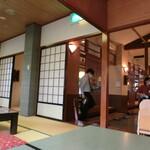 小嶋屋総本店 - 広々としたテーブル席