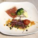 Natural kitchen yoomi - 前菜の盛り合わせ。 ブリのマリネ・ハモンセラーノ・自家製のローズマリー香る鶏ハムロール