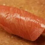 142038878 - (12)中トロ(青森県大間産、延縄)                       日本近海の本鮪の産卵期は春~夏、旬は初秋~冬                       腹側の中トロは脂のりがよく、まさにトロけます                       因みに「鮨おおが」さんとは異なる仕入れ先だそう