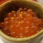 142038882 - (16)筋子解しイクラ(北海道産、前日仕込み)のマイクロ丼                         フレッシュな筋子を解したイクラは薄皮が特に軟らかく、円やかな旨みとコクが楽しめました