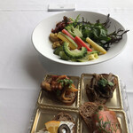 ベッラ・ヴィスタ - ランチプリフィックスコース6500円。サラダとタパスのビュッフェ。生野菜、調理したサラダが10種、タパスは6種あります。とても美味しく、たくさんいただきました(╹◡╹)