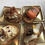 ベッラ・ヴィスタ - ランチプリフィックスコース6500円。タパス。サーモン、ニシン、タコ、生ハム、きのこ、白身魚の6種があります。サーモンとニシンが特に良かったです(╹◡╹)