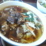 新長城 - 牛スジ醤油麺(ハーフ)