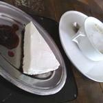 LOG - ケーキセット:カフェオレとオレオとヨーグルトのレアチーズケーキ