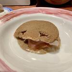 142084162 - ブラウンマッシュルームにポルチーニ茸のパウダーをふりかけて                         ブラウンマッシュルームのピュレ、ブラータチーズ、イタリア産トリュフ、パルマ産生ハム(24ヶ月熟成) 白ワインにめちゃ合います、美味しい♪