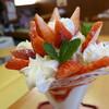 みつばち - 料理写真:イチゴ・練乳パフェ(580円)