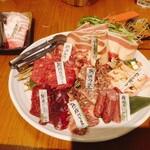 142093164 - 前列左から熟成ハラミ、熟成バラウス(別称:上カルビ、ちょうちん)、桜ウインナー                         中列左から熟成カイノミ、熟成ショーオビ(ろっ骨とろっ骨の間のバラ肉)、センポコ(大動脈)                         後列左から熟成ヒモ、トモバラ