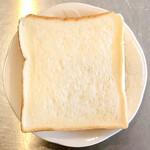 ベーカリー マルキ - 料理写真:食パン。