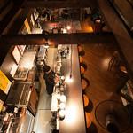 浪漫風 - 一階カウンターの上は吹き抜けに。ステージが見えるのはここだけの秘密!