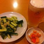 杜記 海鮮火鍋菜館 - 生ビール、お通しときゅうりとニンニク和え