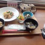 榴ヶ岡びすた~り - おまかせランチ ごはん、味噌汁、メーンディッシュ、小鉢とサラダ。希望すれば200円くらいでデザートもつくミャ