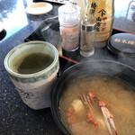 スーパー回転寿司 やまと - 蟹汁とテーブルセット