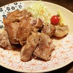 酒菜屋 志らい - 骨付き鶏。。。ちょっと消毒っぽい味が強くて。。。