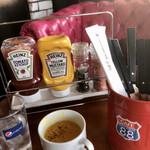 カフェ チャレンジャー 88 - ケチャップなどは、お好みでハンバーガー用に。
