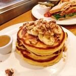 142128176 - パンケーキwith メープルバター(1,600円)                       バナナとくるみ