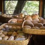 石窯パン工房森のおくりもの - 窯出し熱々パンたち