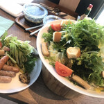了美 ワイン&ダイン - 料理写真:ソーセージ、野菜サラダ