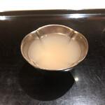 142145031 - 長万部 北寄貝のお出汁                       →低温からゆっくりと80℃へ…そのまま0.8%の塩分濃度になるまで12時間ゆっくり煮出したお出汁…味わいと旨味が深い…