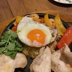 CHUTNEY Asian Ethnic Kitchen - 目玉焼きの大きさとナシゴレンの大きさを比べても、これで3人前はおかしい