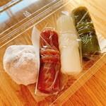 祇園饅頭 - 左から順に、まめ餅→志んこ(にっき)→志んこ(白) →志んこ(抹茶)