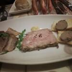 142156676 - 前菜2・ワインがすすむ3種の神器(三元豚のベーコン、豚肉とレバーのペースト、レバーのパテ)
