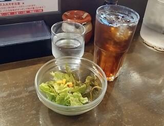 ミート屋 - サラダと黒烏龍茶です