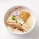 貝出汁戦隊 シェルラーマン - 料理写真:【貝白湯レッド】豚頭をベースにした豚骨スープに、全国でも有数の貝類の産地となっている、熊本産のハマグリをふんだんに使用し醤油をブレンドした特製タレを使った貝の旨味が引き立つ濃厚白湯スープのラーメン。