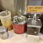 博多天神 - 卓上左から、ニンニク、紅生姜、辛子高菜、足しスープ