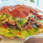 ザグッドベアーバーガー - 閲覧注意的食い跡。肉肉しいパティとアボチーのとろり濃厚さがたまりません!野菜とのバランスも良し!