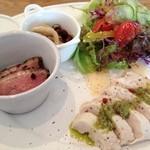 ハレイロ - hareデリ(蒸し鶏ジェノベーゼソース、きのこのマリネ、鴨のパストラミ・ブルーベリーソース、サラダ