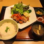 大戸屋 - 塩麹漬け四元豚の辛味噌炒め定食 870円+70円