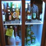 ニャムニャム食堂 - ドリンクはお客さんが自分で冷蔵庫から取っていくシステムになってるみたい。ワイルドだな〜。珍しい輸入ビールがいっぱい置いてあって、アジアのビールも飲めるんだよ。