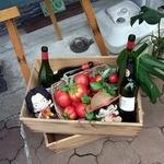 リ カーサ - ボードの下です。 ワインのボトルとトマトがたっぷり置いてありますね。 あれっ。 よ~く見ると、何やら見慣れたキャラクターがいますよ。
