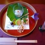 熱海荘 - 食前酒:桃のワイン、前菜:葛牡丹 鱧寿し 白瓜蟹印籠 南瓜小芋青串刺し 蓮根煎餅
