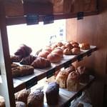 トースト ネイバーフッド ベイカリー - 表側の棚