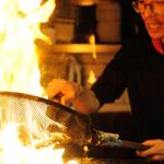 闘鶏次郎 - モモの炙り焼き 調理シーン